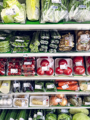 Japan, packaged vegetables in supermarket - FL001211