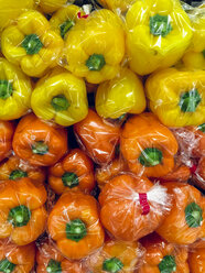 Japan, packaged bell peppers in supermarket - FLF001219