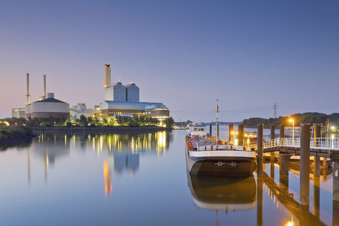 Germany, Hamburg, coal power plant in the evening - MEMF000911