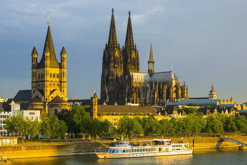 Germany, Cologne, View to Great St Martin, Cologne dome, Old town riverside, Rhine river in the evening - WGF000692
