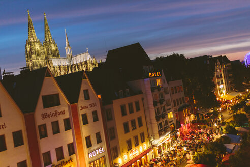 Germany, North Rhine-Westphalia, Cologne, Old town, View to Cologne Cathedral at night - MADF000500