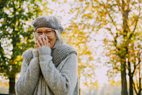 Portrait of laughing woman in an autumnal park - CHAF001133