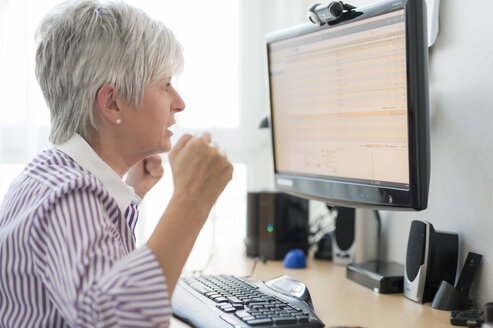 Senior woman looking horrified at computer monitor - FRF000309