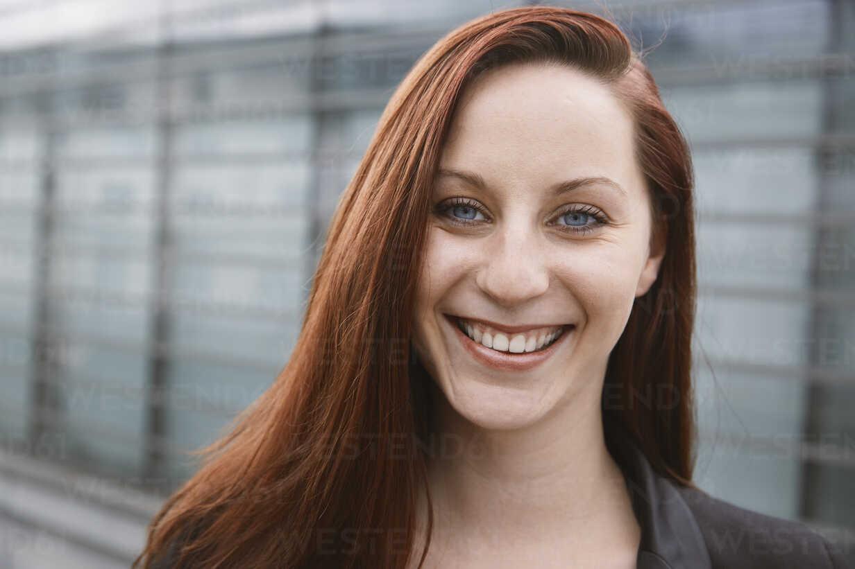 Portrait of happy young woman outdoors - STKF001409 - Stefan Kranefeld/Westend61