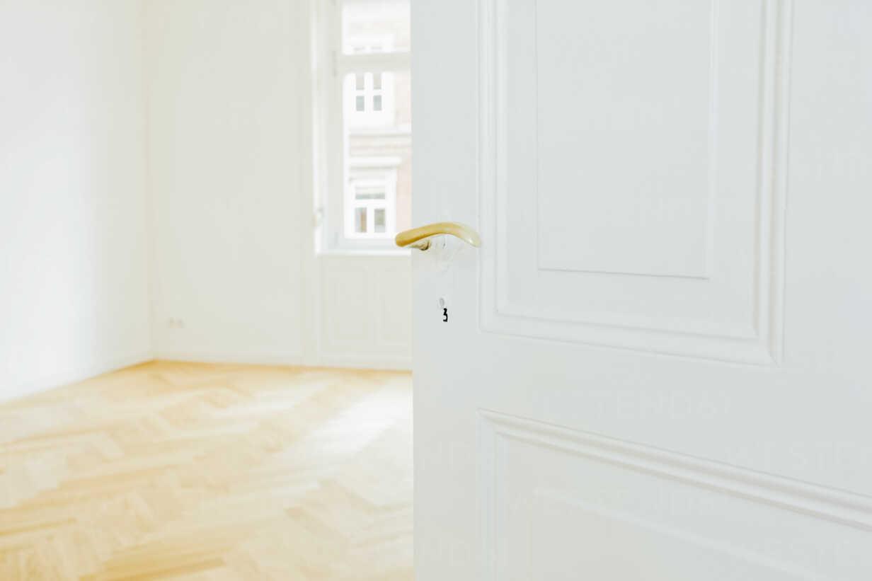 House with empty room and open door - CHAF001048 - Chris Adams/Westend61