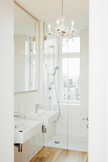 Bathroom with chandelier - CHAF001064