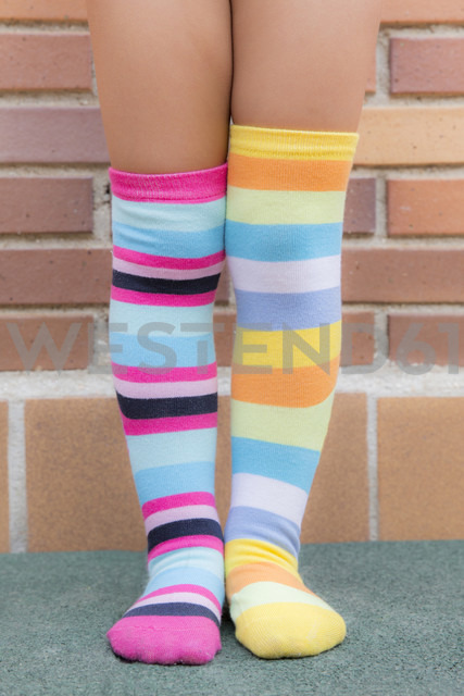 Feet of a girl with different striped colored socks - ERLF000007 - Enrique Ramoz/Westend61