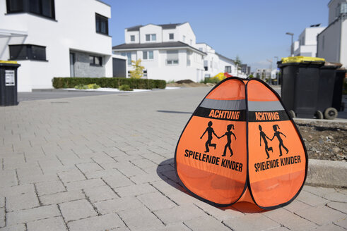 Attention sign for playing children in residential area - GUFF000144