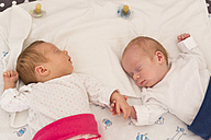 Newborn twins sleeping hand in hand - SHKF000348