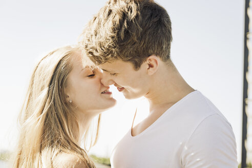 Young couple kissing - MEMF000936