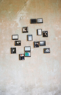 Instant photos in upcycled plastic boxes hanging on a wall - GIS000140