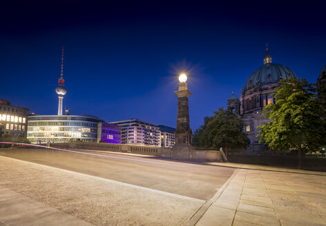Germany, Berlin, Bridge over the Spree river with TV-Tower and Berliner Dom - NKF000351