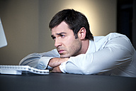Overworked businessman lying on desk - TOYF001169