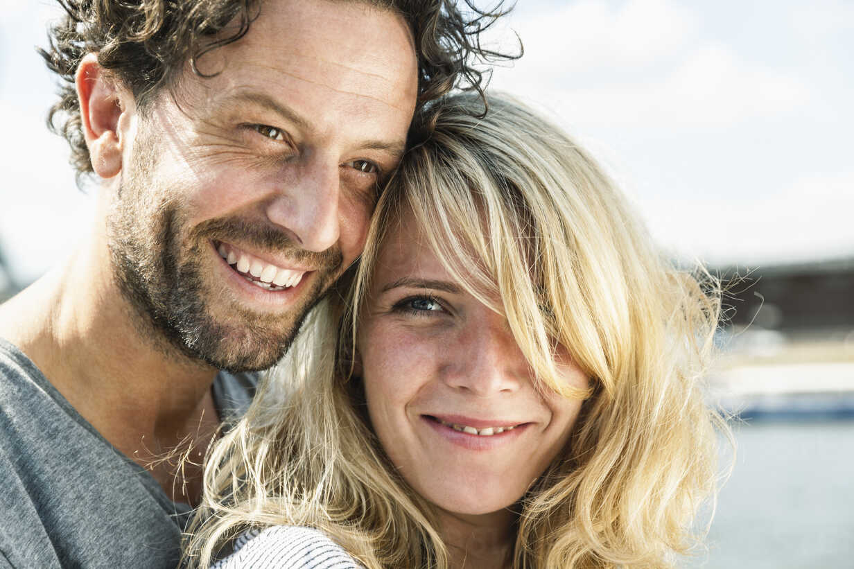 Portrait of smiling couple outdoors - FMKF001851 - Jo Kirchherr/Westend61