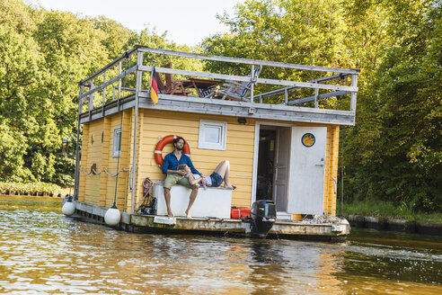 Couple having a trip on a house boat - FMKF001927