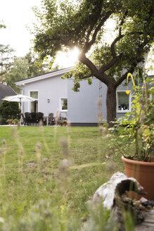 Germany, Eggersdorf, bungalow and garden - FKF001346