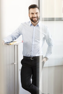 Smiling businessman in office - PESF000049