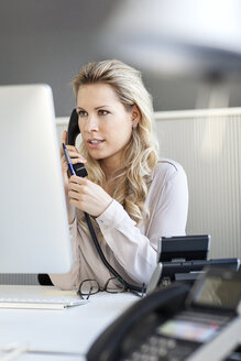 Blond woman in office on the phone - PESF000074