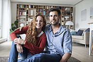 Portrait of smiling couple relaxing at home - RBF003514