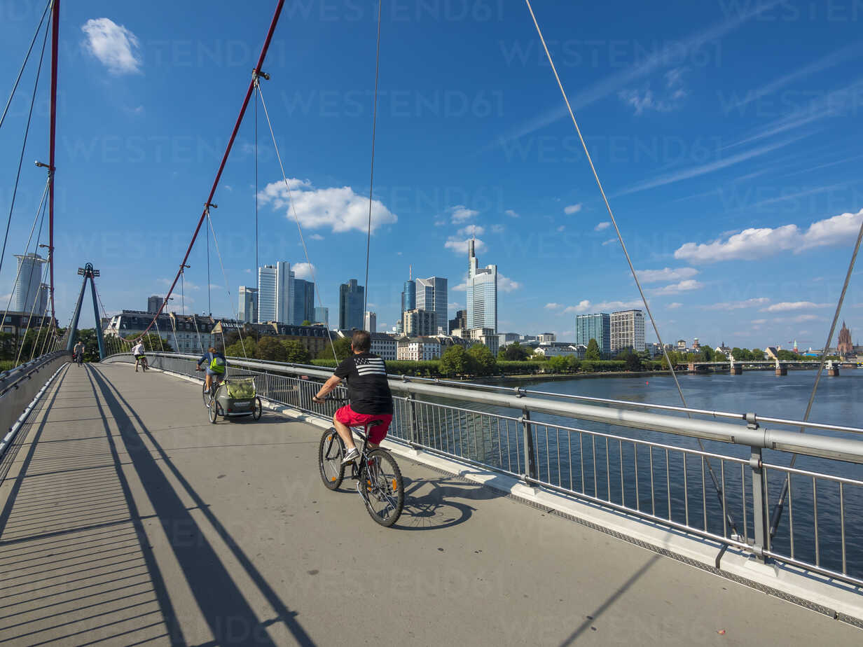Germany, Hesse, Frankfurt, Financial district, cyclists on Holbeinsteg bridge over Main river - AM004150 - Martin Moxter/Westend61