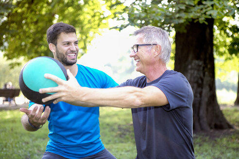 Man training with his personal trainer in a park - SEGF000405
