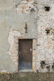 Germany, Brandenburg, facade and door of ramshackle building - ASCF000345