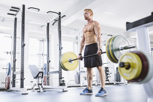 Physical athlete doing deadlifts - MADF000578