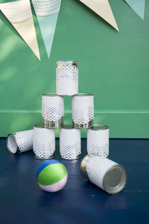 Self-made party decoration, tin can alley and bunting - GISF000154