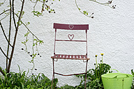 Garden chair in front of a wall - CRF002708