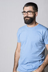 Portrait of hipster in front of light grey background - JASF000014