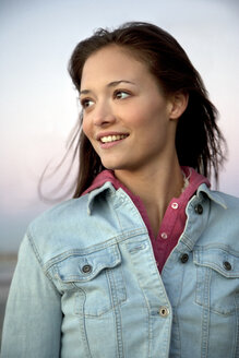 Smiling young woman in denim jacket - TOYF001371