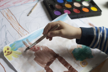 Little boy painting with watercolours, close-up - RBF003002