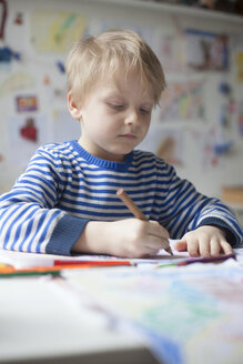 Portrait of blond little boy painting with crayon - RBF002997