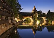 Germany, Nuremberg, Kettensteg and Fronveste with Schlayerturm at Pegnitz River - SIEF006760