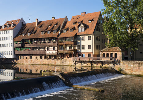 Germany, Nuremberg, row of houses at Pegnitz River with Naegelein weir - SIEF006763