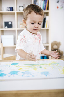Portrait of little boy painting with watercolours - JRFF000024