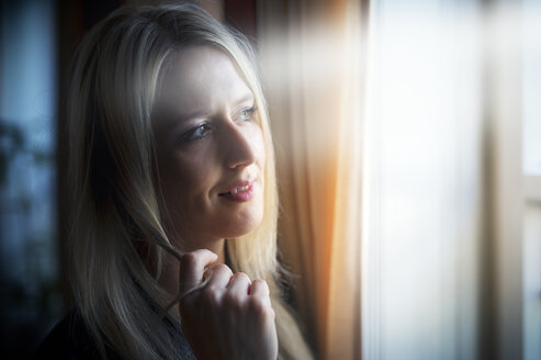 Portrait of blond woman telephoning with smartphone - FRF000326