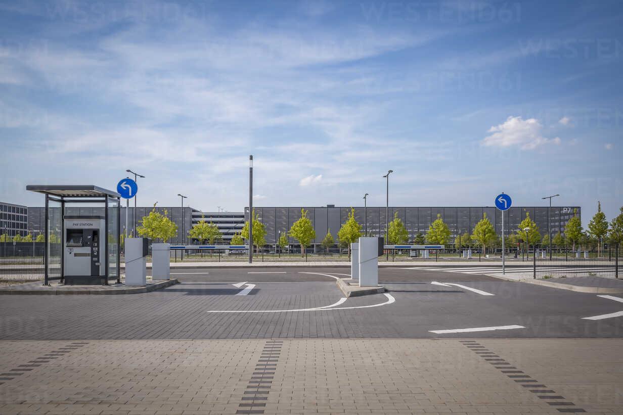 Germany, Berlin Brandenburg Airport, gates of a car park - NK000402 - Stefan Kunert/Westend61