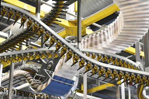 Conveyor belts with newspapers in a printing shop - LYF000463