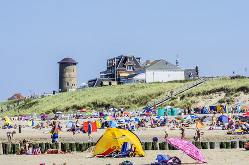 Netherlands, Domburg, beach with holidaymakers - THAF001431