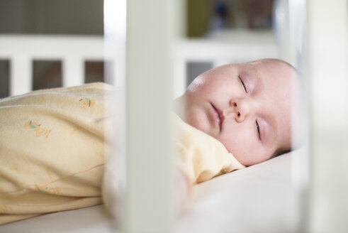 Portrait of sleeping baby girl in a cot - DEGF000520