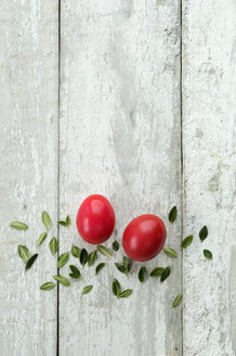 Red Easter eggs and leaves on wood - ASF005688