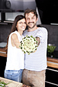 Couple showing artichoke - MFRF000405