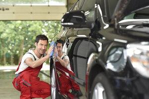 Man polishing car - LYF000473