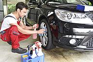 Car cleaning, man cleaning car, alloy wheel - LYF000491