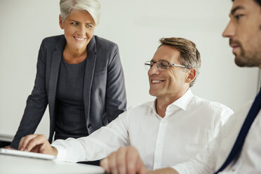 Smiling business people in office - MFF002149
