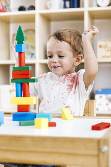 Portrait of little boy playing with building bricks - JRFF000055