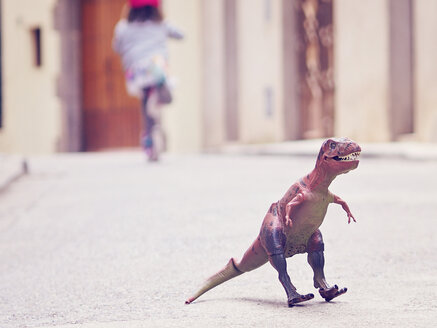 Spain, Catalunia, Girona, a T-rex toy in the middle of the street - XC000003