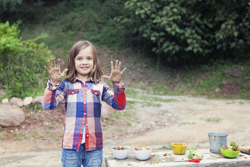 Little girl showing her dirty hands - XCF000015