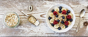 Bowl of muesli with banana slices, raspberries and blueberries - EVGF002222